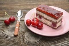 樱桃蛋糕和切片樱桃蛋糕 免版税库存照片