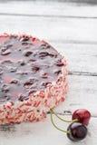 樱桃蛋糕或乳酪蛋糕在木桌上 免版税图库摄影
