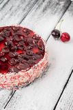 樱桃蛋糕或乳酪蛋糕在木桌上 库存照片