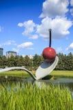 樱桃雕塑在米尼亚波尼斯庭院,明尼苏达里 免版税图库摄影