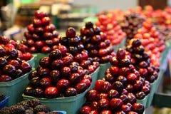 樱桃食物市场被堆的金字塔  图库摄影