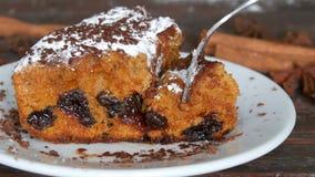 樱桃饼开胃可口自创新近地被烘烤的片断用糖粉和巧克力片在白色茶碟 股票录像