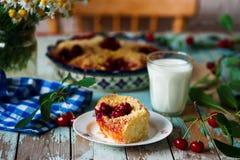 樱桃饼用乳蛋糕在庭院里 自然光 免版税库存图片