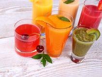 从樱桃,猕猴桃,蜜桔的水果的饮料汁液 库存图片