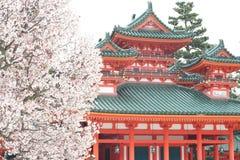 樱桃heian jingu寺庙结构树 免版税库存图片