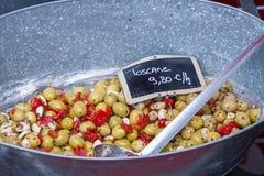 橄榄、大蒜和胡椒沙拉在法国市场上 免版税库存图片