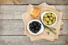 橄榄、面包和草本意大利食物开胃菜  免版税库存图片