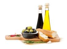 橄榄、面包和香料意大利食物开胃菜  库存照片