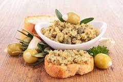橄榄凤尾鱼汤和面包 免版税库存照片