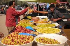 橄榄卖主在市场上 斯库拉 摩洛哥 免版税库存照片