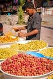 橄榄卖主在市场上 斯库拉 摩洛哥 免版税库存图片