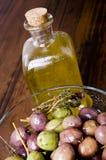 橄榄和橄榄油。 库存照片