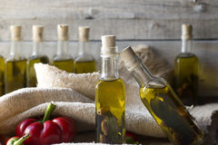 橄榄和橄榄油在微型瓶在木头 库存图片