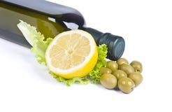 橄榄和橄榄油瓶 免版税库存照片