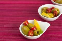 绿橄榄开胃小菜用卤汁泡用柠檬和大蒜 库存照片