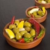 绿橄榄开胃小菜用卤汁泡用柠檬和大蒜 库存图片
