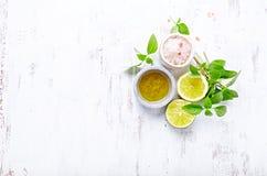 橄榄油、喜马拉雅盐、蓬蒿、石灰和柠檬的安排 库存图片