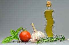 橄榄油、大蒜、蕃茄、蓬蒿和迷迭香 免版税库存图片