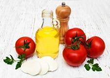 橄榄油、无盐干酪乳酪和蕃茄 免版税库存照片