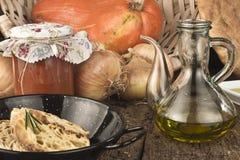 橄榄油、面包、葱和更多成份 库存照片
