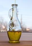 橄榄油倾吐瓶 免版税库存图片