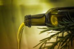 橄榄油倾吐 免版税图库摄影