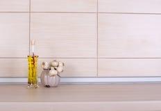 橄榄油和大蒜在工作台面 库存照片