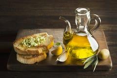 橄榄油和面包开胃菜  免版税库存图片