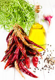 橄榄油瓶、草本、大蒜和菜在白色木b 库存照片