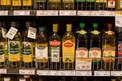 橄榄油的选择在架子的在一个超级市场泰国模范在曼谷 免版税图库摄影