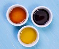 橄榄油,酱油,站立在一张木桌上的麻油 库存图片
