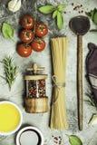 橄榄油,香醋,盐,胡椒,草本,面团,在具体背景的蕃茄 图库摄影