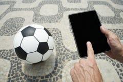 橄榄球与片剂的足球在里约热内卢巴西 免版税图库摄影
