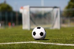 橄榄球例证间距足球 库存照片
