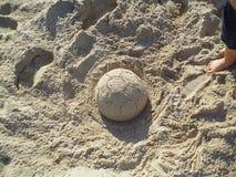 橄榄球做了†‹â€ ‹沙子 免版税图库摄影