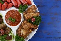 橄榄球党食物盛肉盘 免版税库存照片