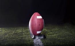 橄榄球准备好开球 免版税库存照片