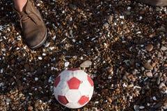 橄榄球和一只脚 库存照片