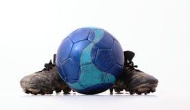 橄榄球和橄榄球鞋子 库存照片