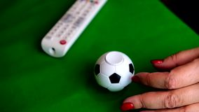 橄榄球和电视通信的抽象表示法 股票视频