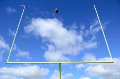橄榄球和目标岗位 免版税库存照片