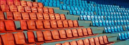 橄榄球在体育场站立 库存图片