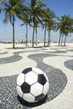 橄榄球在科帕卡巴纳木板走道里约巴西的足球 免版税库存图片