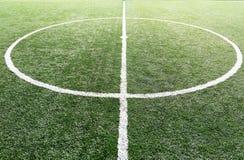 橄榄球场、足球场、绿草和空白线路,白色条纹 免版税图库摄影