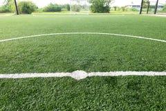 橄榄球场、足球场、绿草和空白线路,白色条纹 库存图片
