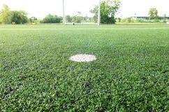 橄榄球场、足球场、绿草和空白线路,白色条纹 免版税库存照片