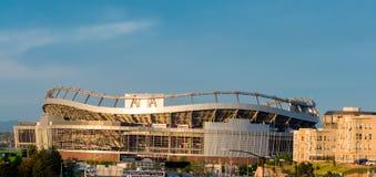 橄榄球场和蓝天与云彩 库存图片
