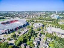橄榄球场在阳光下,空中 库存图片