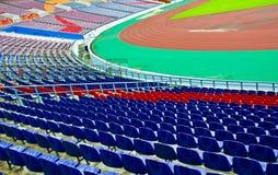 橄榄球场就座和沥青 图库摄影