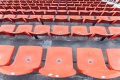橄榄球场橙色位子  免版税库存照片